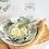 weißer Teller und grüne Keramikschale, Aufsicht