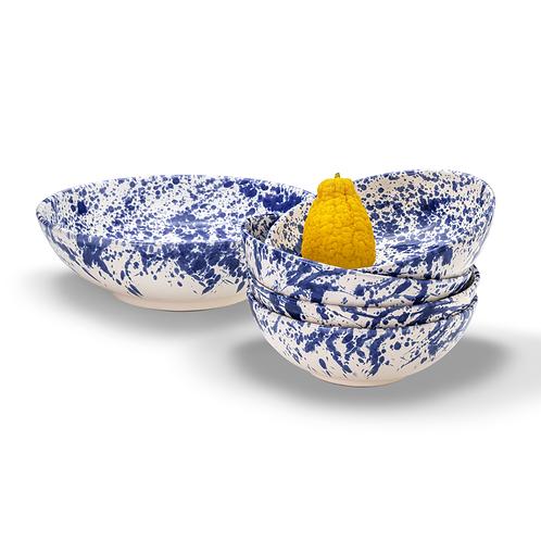 Pasta Schalen blau, weiß gestapelt mit gelber Frucht