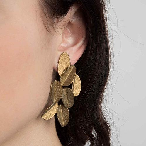Detail Gesicht von Ohr mit 3D gedrucktem Ohrring Leaves in metallic gold