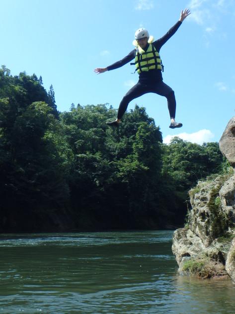 川にジャンプ!