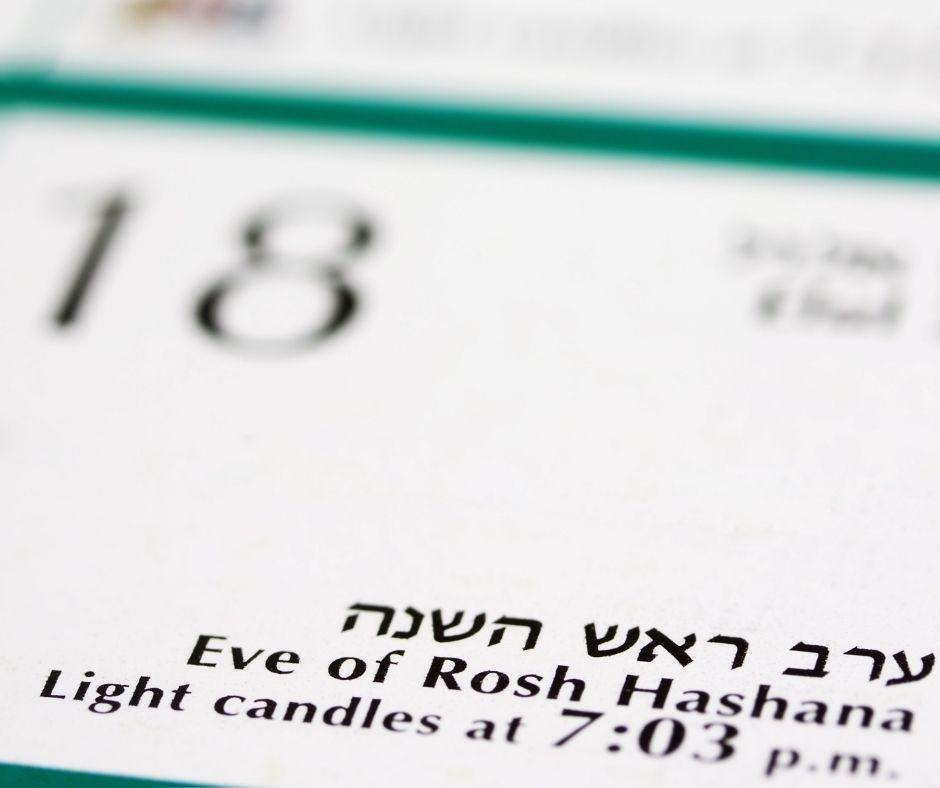 צילום של לוח שנה עם הכיתוב ערב ראש השנה והמספר 18