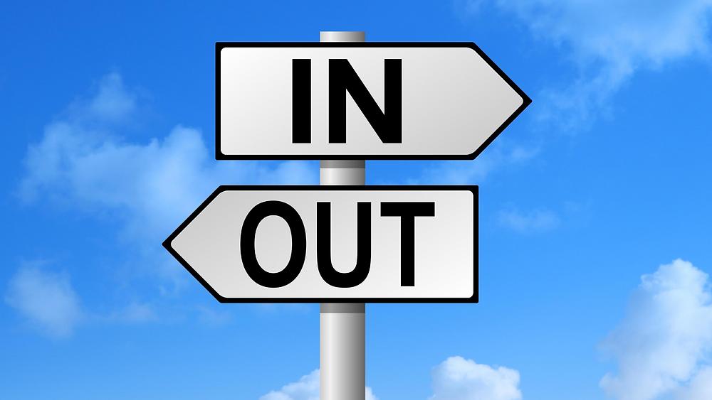 שלט תנועה IN שמצביע ימינה ושלט תנועה OUT שמצביע שמאלה