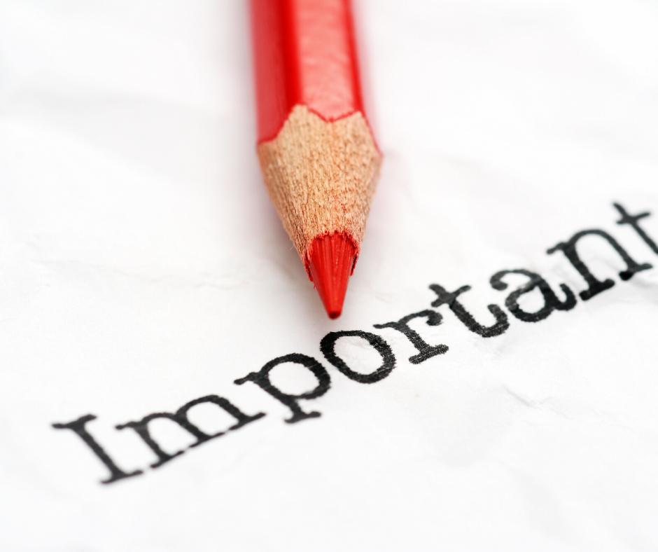עיפרון אדום מעל המילה Important כתובה בשחור על דף לבן