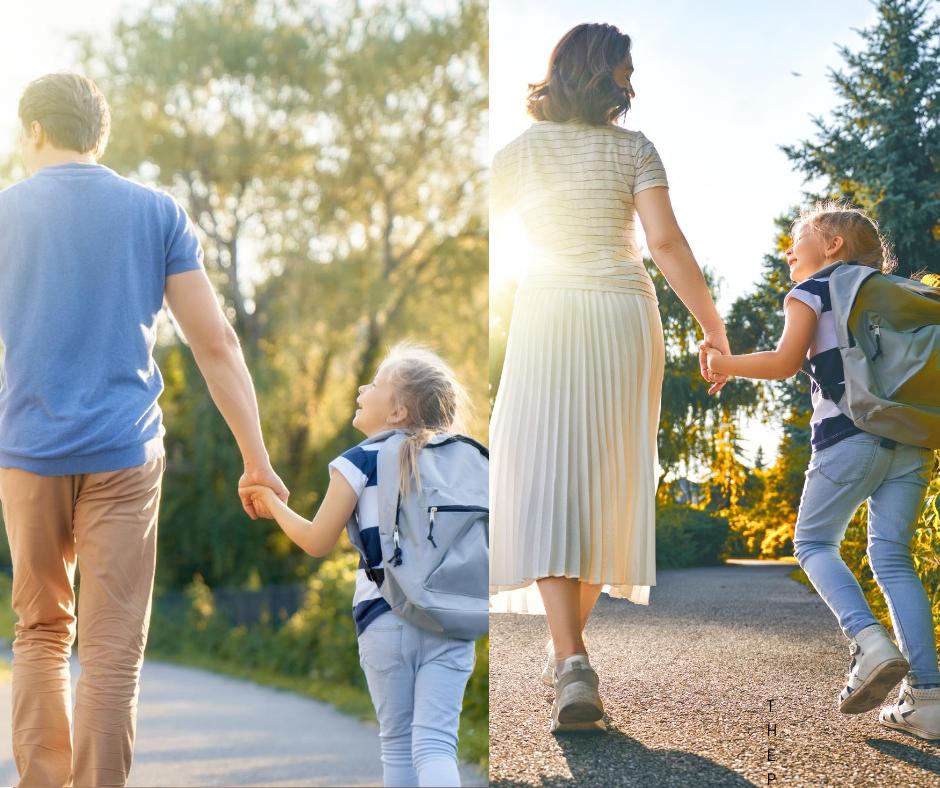בצד ימין אמא לבושה בבגדים לבנים מחזיקה יד לבת שלה שעליה תיק גב והן צועדות יחד ובצד שמאל אבא עם חולצה כחול מחזיק את היד לאותה ילדה וצועדים יחד