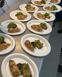 Suprême de poulette jaune du Béarn à la noix, Canellonni de poireau confit et jus de volaille fumé.