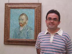 043_Junto_a_Obra_de_Van_Gogh_Museo_Paris.JPG