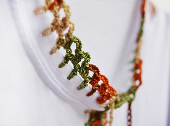 Detalle cuello camisa bordada a mano
