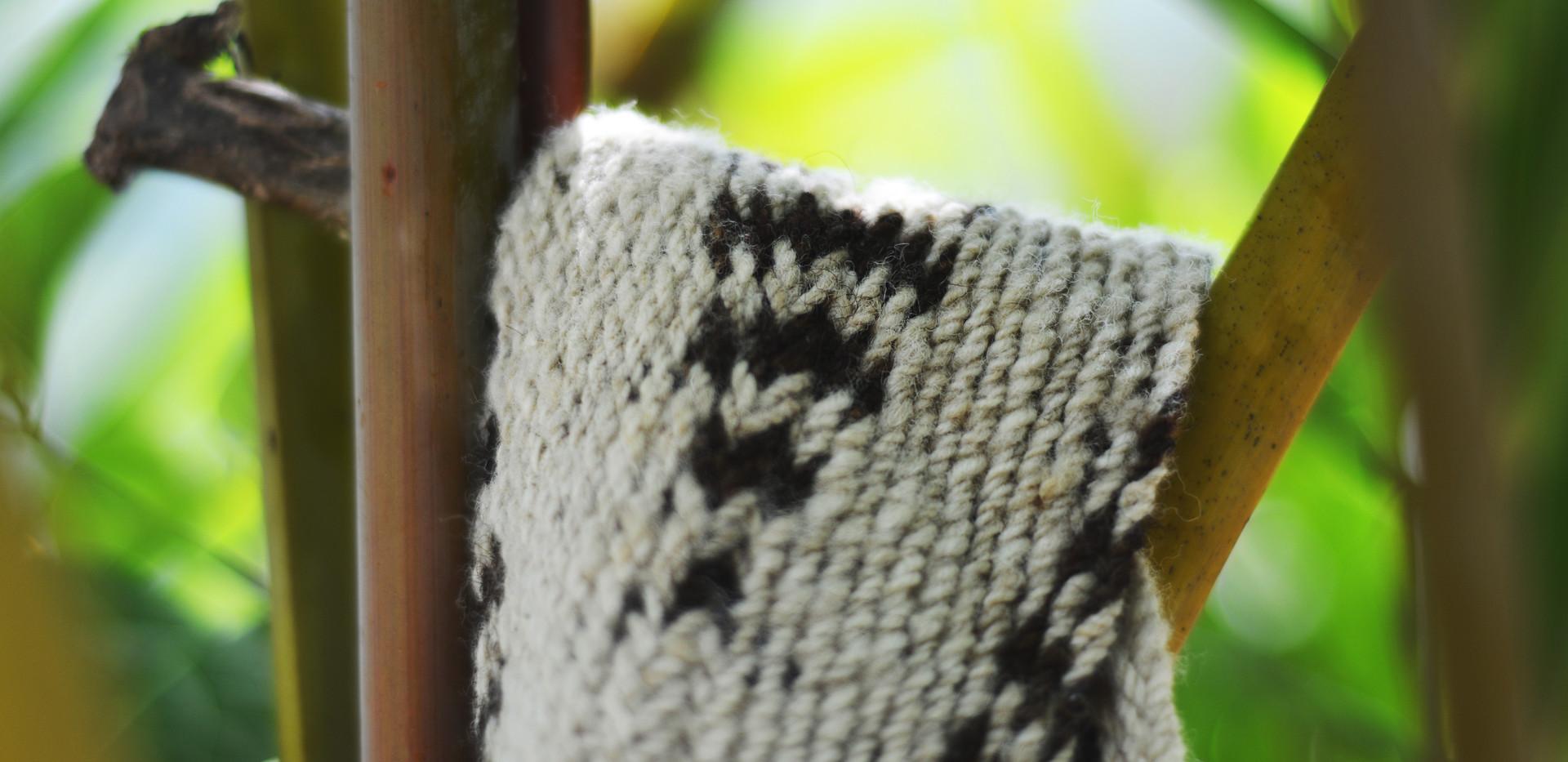 Detalle mochila tejida a mano