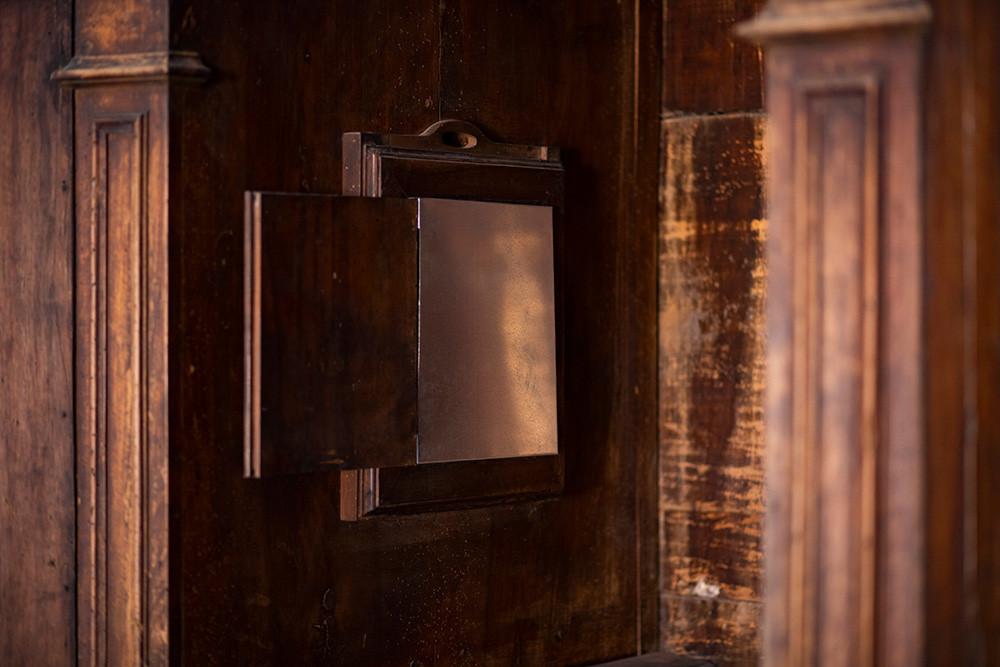 Ausiliare grata chiusa in ferro zincato, voce che legge l'analisi grammaticale di un testo nel confessionale  Installazione site specific Le Scalze, Napoli, 2020  Photo credit: Iolanda Pazzanese
