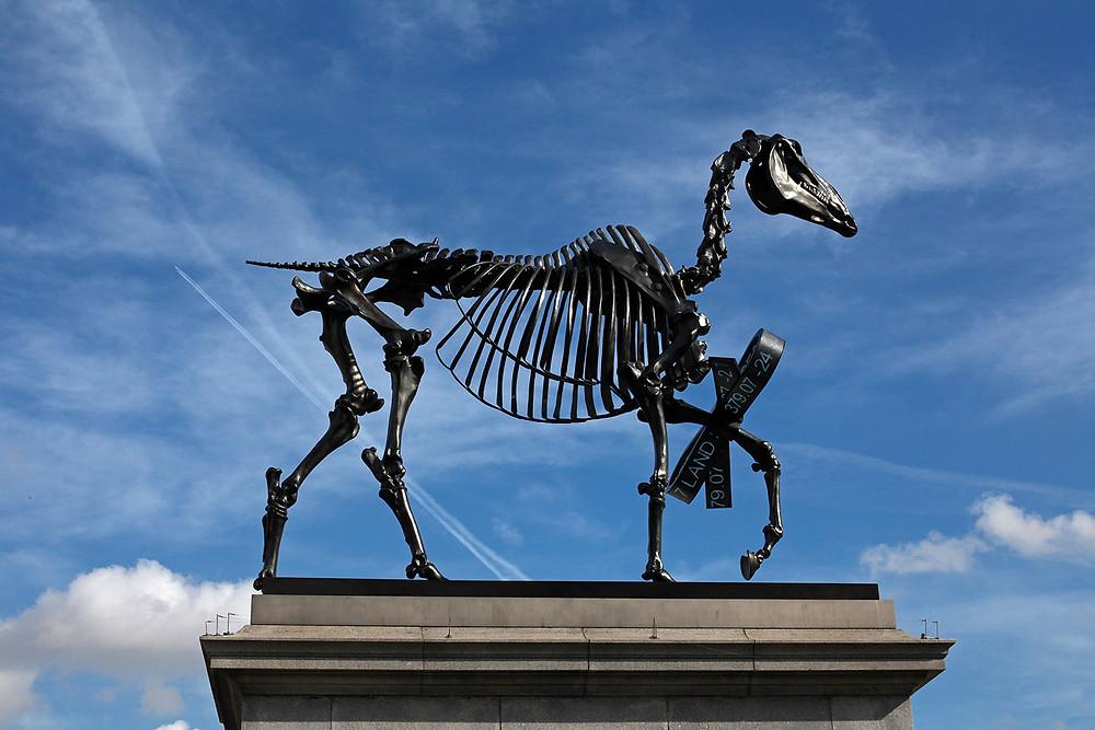 Haacke_Gift-Horse