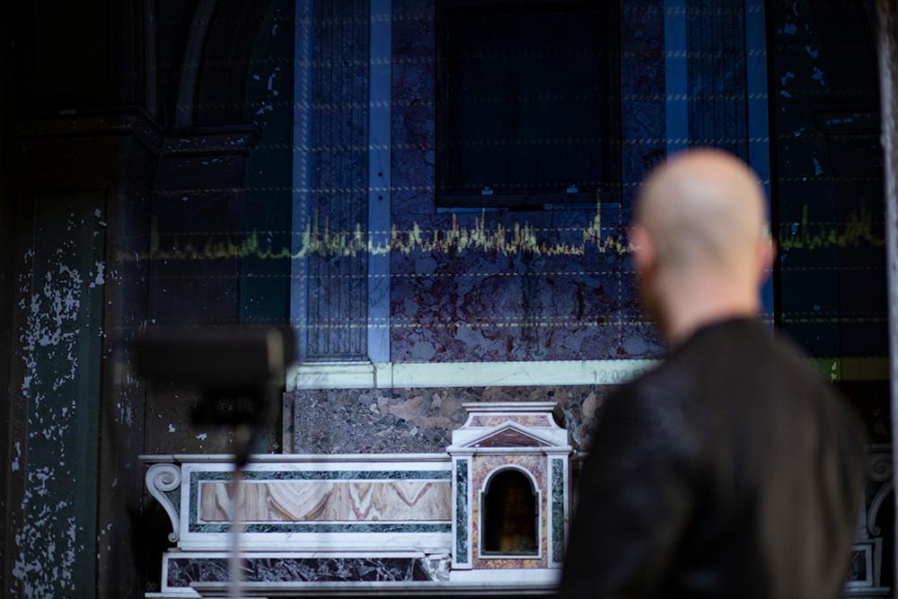 Sound data logger, Proiezione dati fonometro su cappella, installazione site specific Le Scalze, Napoli, 2020  Photo credit: Iolanda Pazzanese