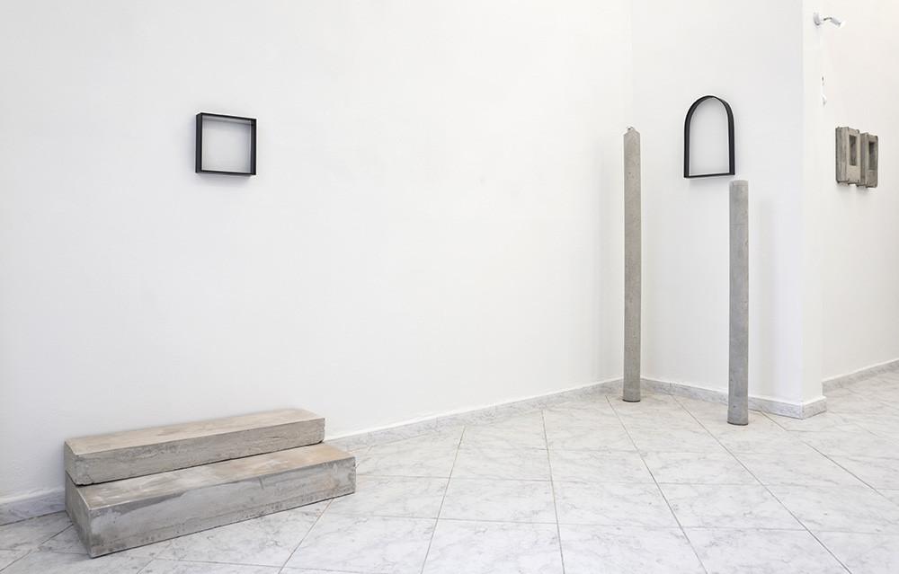 Visone mostra Eikona Altarino 1° e Altarino 2° cemento, ferro e vetro Dimensioni variabili gmcg gallery, Livorno, 2018  Photo credit: Francesco Levy