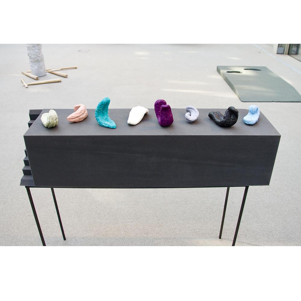 Lingule lingule lingule, sculture di sapone, fonoassorbente e struttura metallica, 100 x 100 x 25 cm