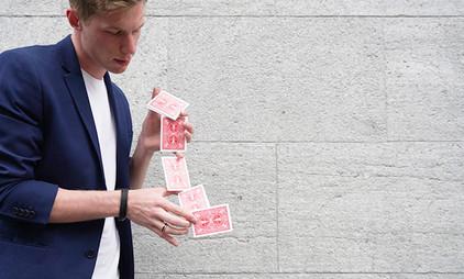 Zauberer mit roten Karten