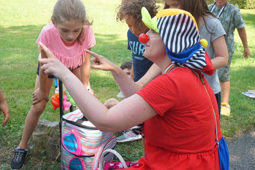 Kinder Clown und Ballonkünstler