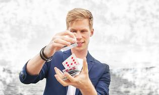 Joël dribbelt Karten in der Luft