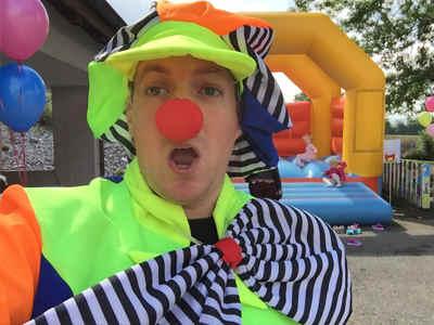 Clown mit Hüpfburg
