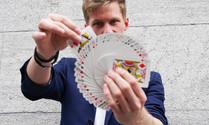 Joël macht einen Kartenfächer