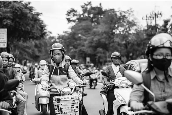 People on scooters with masks - Asia air pollution