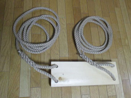 ロープの木製ブランコ.jpg