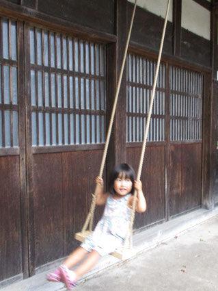 ロープの木製ブランコ子ども.jpg