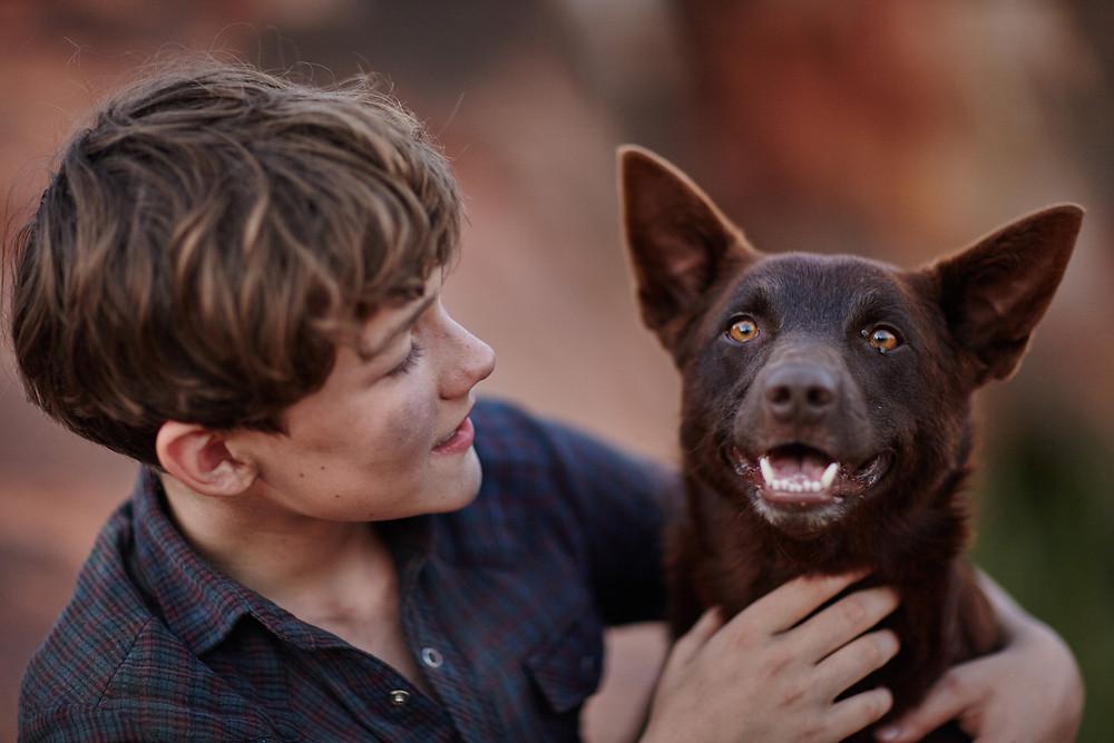Levi Miller und der Hund Blue