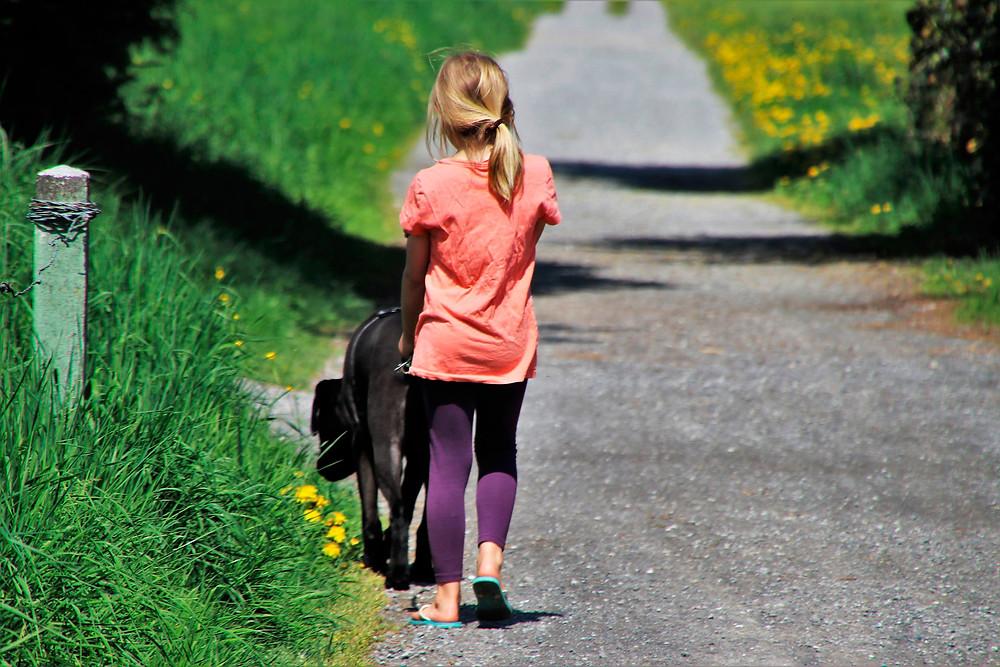 kind geht mit hund spazieren