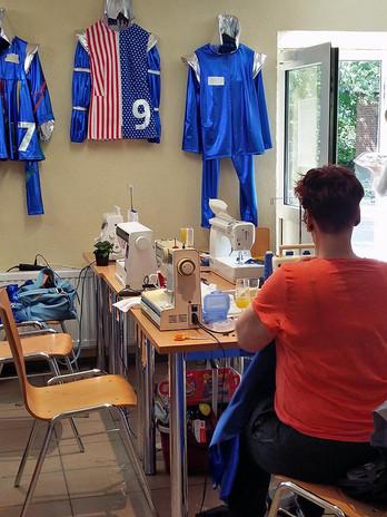 Die Schneiderinnen sitzen viele Stunden an der Nähmaschine