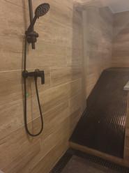 La rampe d'accès à la piscine et la douche en sortie de piscine
