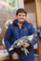Jungzüchter Pascal Bader mit seinem silber-schwarzgetupften Spitzhauben-Hahn.