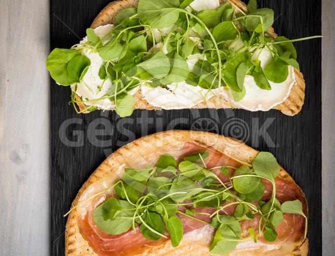 Sandwich de presunto e mozarela