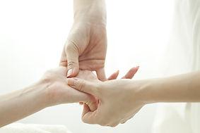 Dagmar Oude Lansink's handen geven een Shiatsu massage