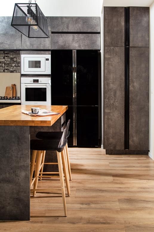 מטבח שחור רצפת עץ