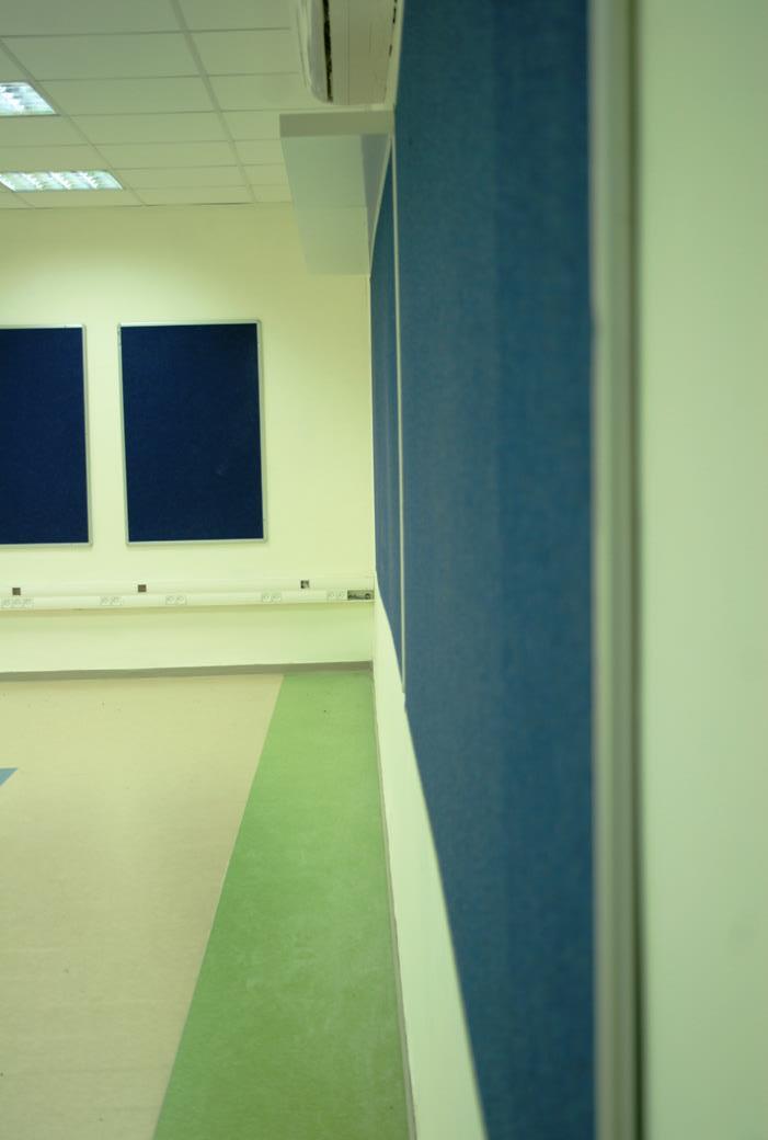 לוחות לבד גדולים על הקירות