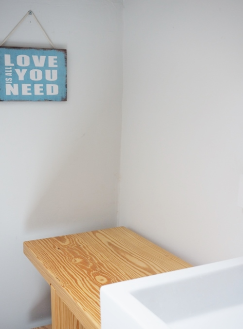 בחדר האמבטיה בעליית הגג של המתבגרת