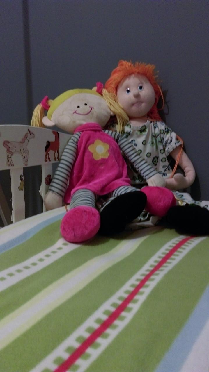בובות על המיטה