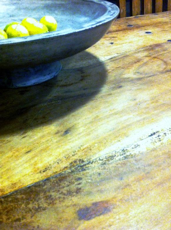 קערת בטון על שולחן עץ