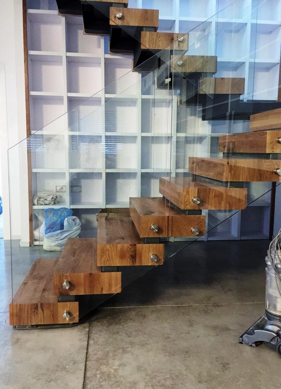 המדרגות והספריה
