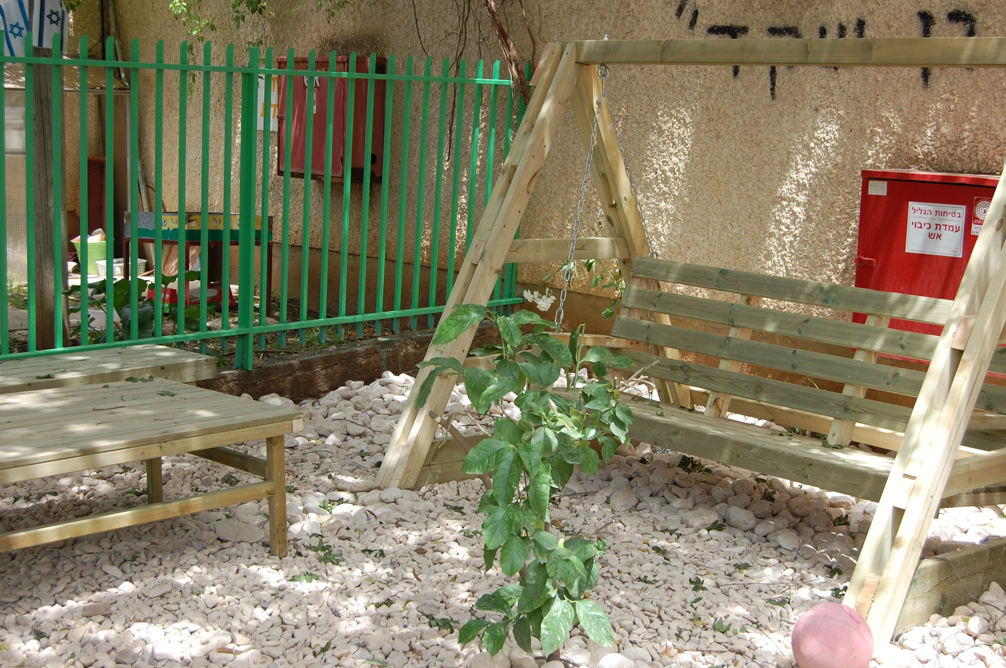 נדנדה בכניסה לגן