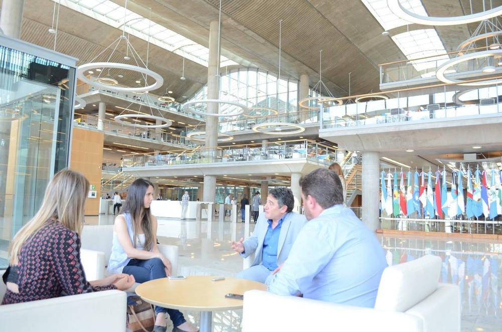 Héctor Lew, CEO de Megatech y su equipo de managers en el lobby del nuevo edificio del GCBA, diseñado por Sir Norman Foster.