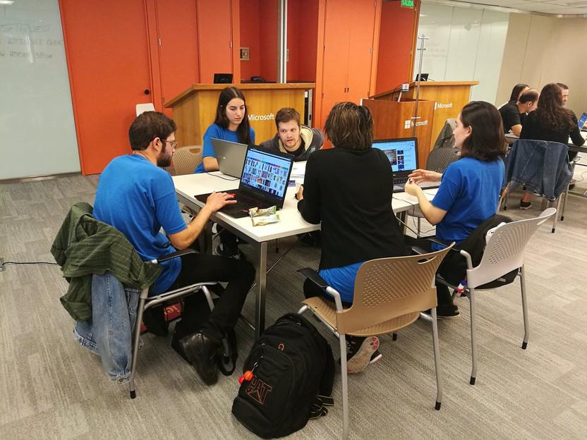 Equipos trabajando en el hackathon Pancreas Innovation Kick-Off en la oficinas de Microsoft Argentina.