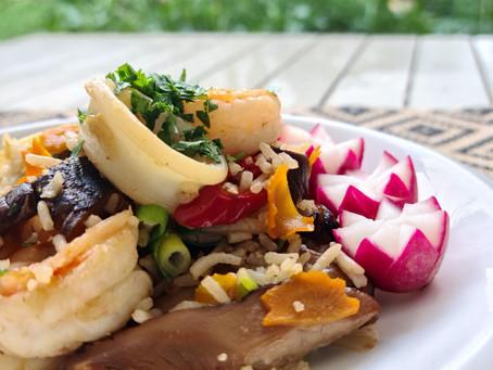אורז מוקפץ עם פטריות שיטאקה ופירות ים