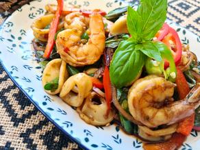 פירות ים מוקפצים עם שעועית ובזיליקום   (Pad Ka Prao Talay)