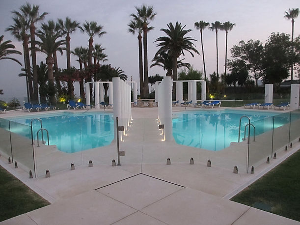 Magnificient glass pool safety installat