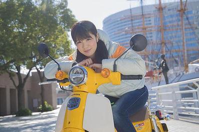 バイクにまたがる女性