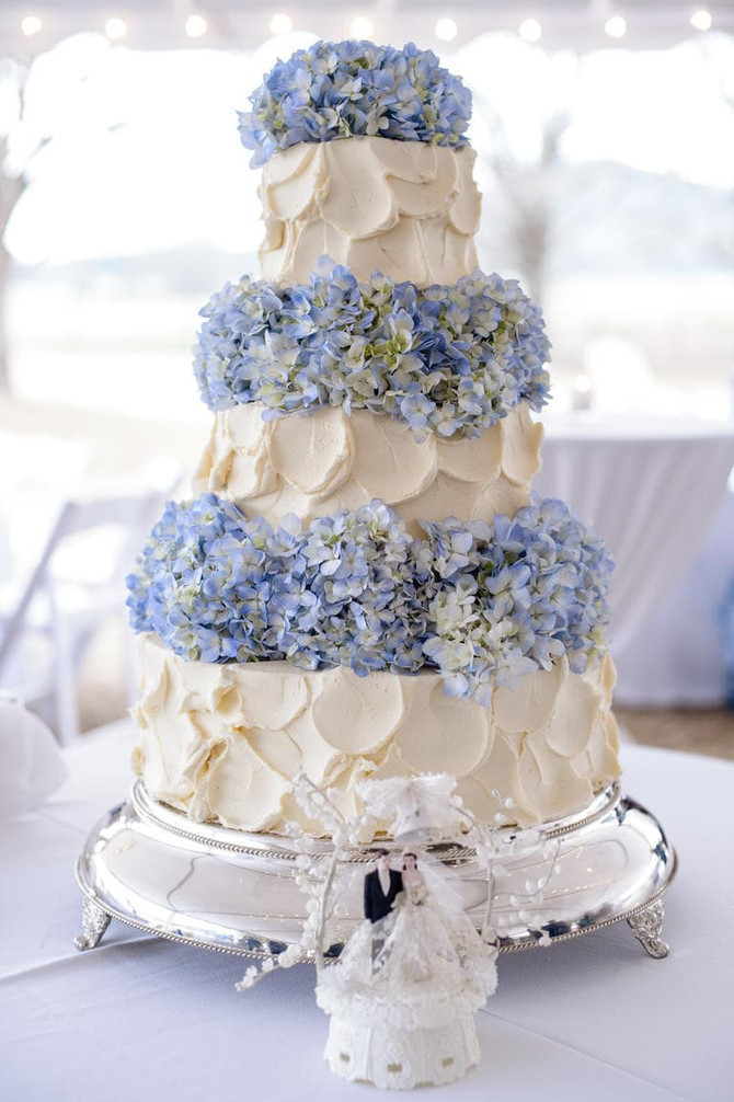 Maneiras diferentes de decorar o bolo de casamento com flores naturais