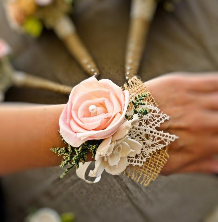 O corsage é um adorno de flores, utilizado geralmente no pulso, que traz padronização e charme à produção das madrinhas