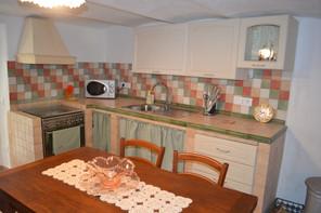 la cucina open space con il soggiorno