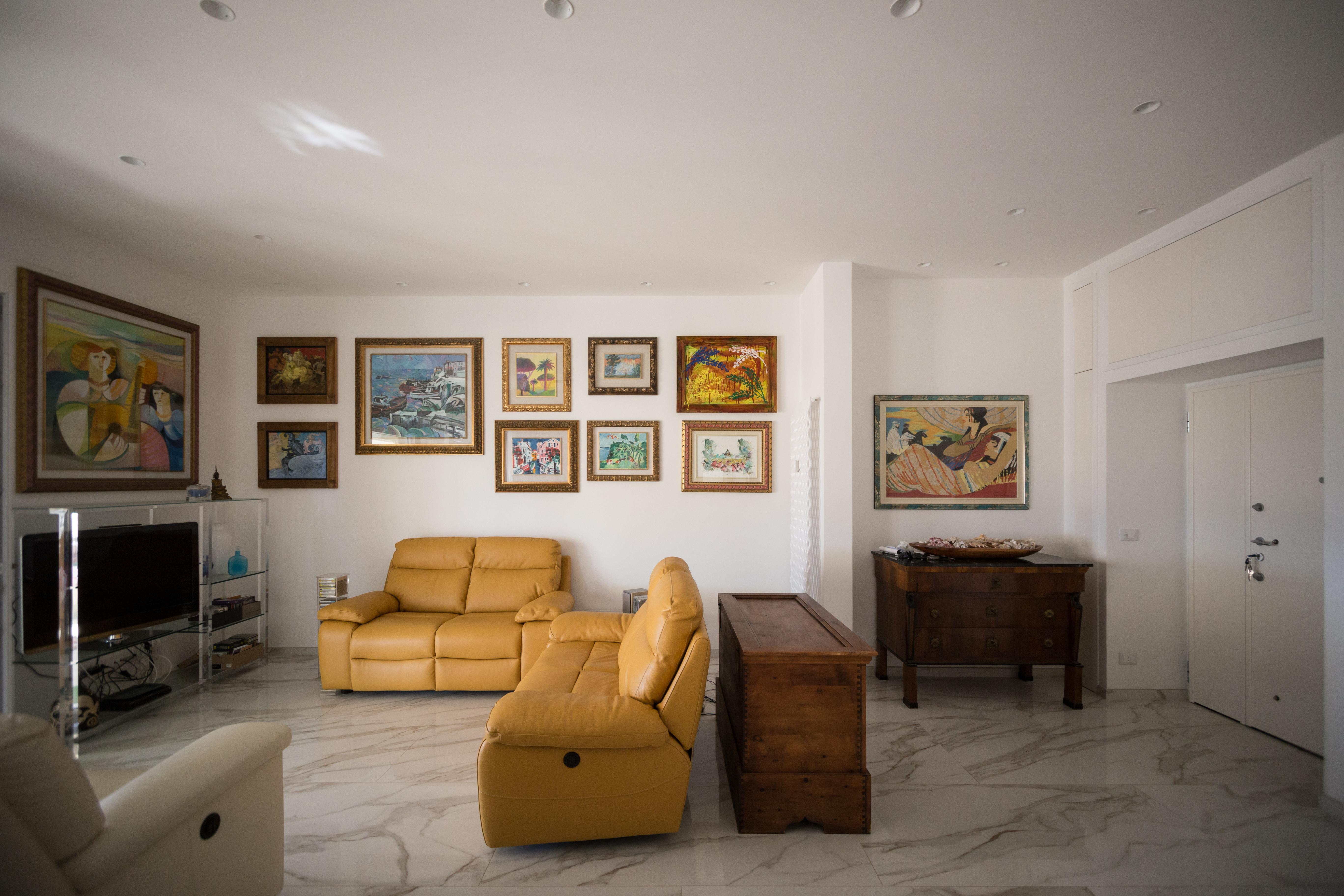 soggiorno con opere d'arte