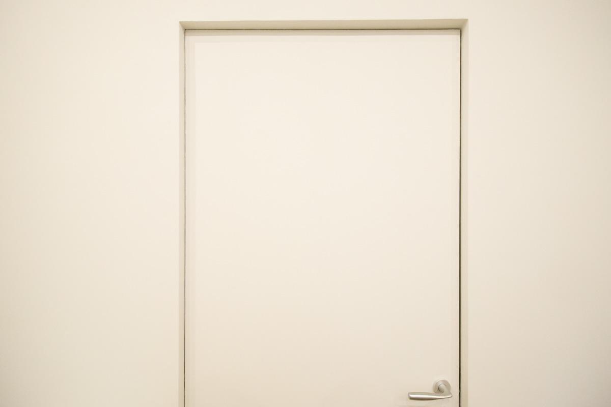 la porta a filo muro